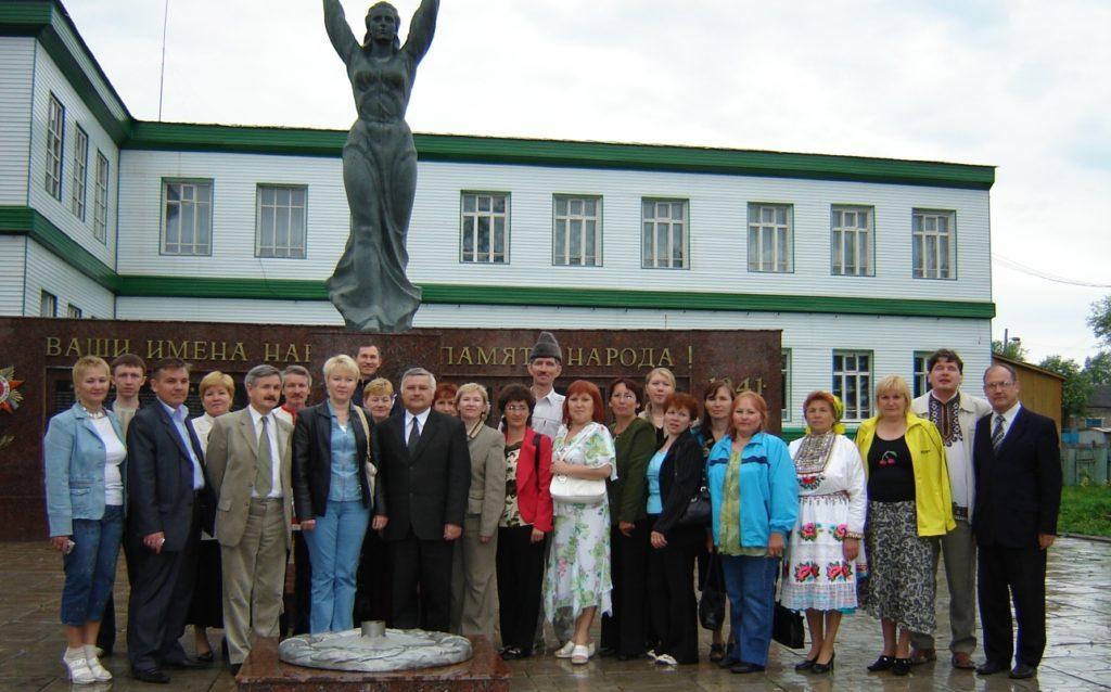 «Марий ушемын» 90 ияш лӱмгечыжым пайремлаш мийыше марий делегаций Мишкан селаште. 2007 ий.